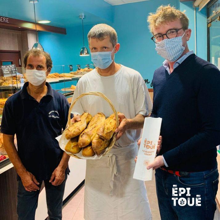 De gauche à droite : Xavier Grosbois, meunier, Denis Henriot, boulanger et Quentin Pointe-reau, à l'initiative du projet Épi Toué avec Bertrand Philippon. Photo Epi Toué
