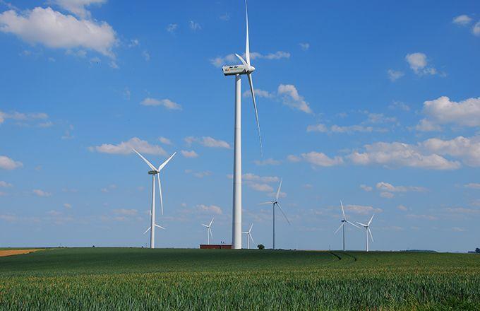 Des éoliennes contre des bandes enherbées et des haies. © M. Lecourtier / Pixel image