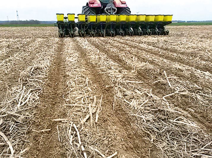 Patrice L'Escop a investi dans un semoir aux éléments semeurs plus lourds pour assurer  une profondeur de semis homogène quel que soit le type de sol dans la parcelle. ©: Patrice L'Escop
