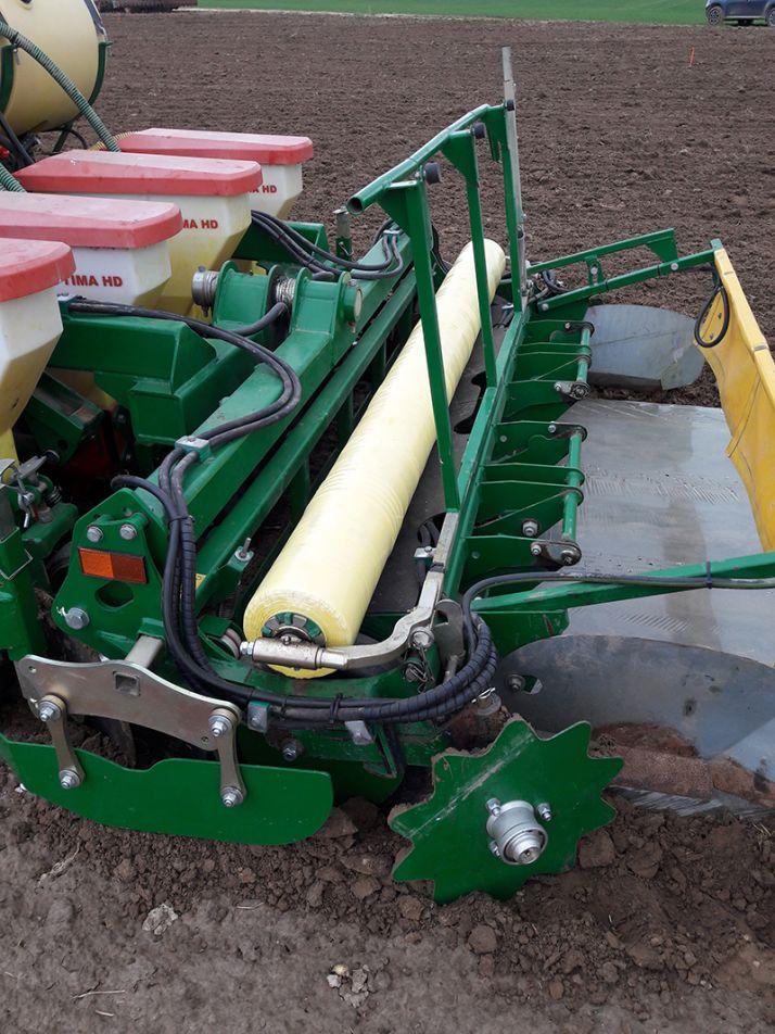 En 2018, le matériel de Samco a permis de réaliser le semis, le désherbage de prélevée et le bâchage en un seul passage.  En 2019, les équipes de Tereos vont décomposer ces trois opérations.