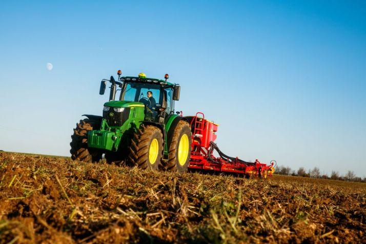 Les tracteurs 6230R et 6250R intègrent la série 6R de John Deere.