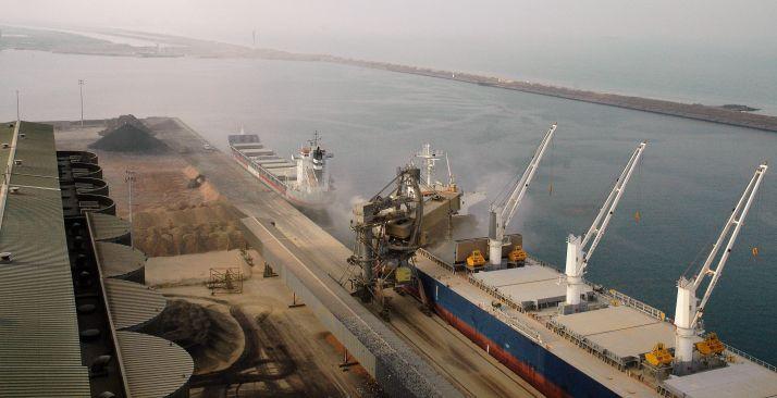 Crédit : H.Sauvage. A Dunkerque, le 22 novembre 2018, un charge un bateau d'orge fourragère à destination de l'Arabie Saoudite