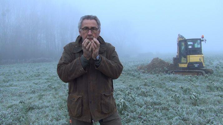 Pour Christophe Frébourg, le premier réflexe est de sentir son sol. Crédit : Mathieu Lecourtier / Média&Agriculture