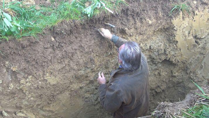 Pour décompacter à la bonne profondeur, il faut déjà identifier la profondeur de compaction pour éviter de ne faire plus de mal que de bien. Crédit photo : Mathieu LECOURTIER / Média&Agriculture