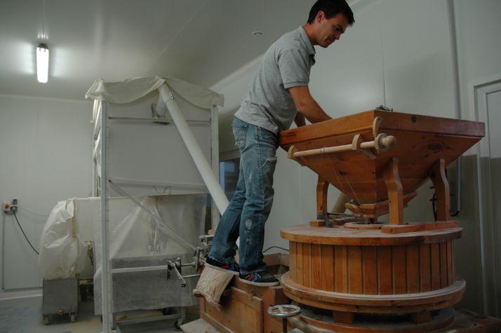 Avant d'arriver au moulin, le blé est brossé et trié pour enlever les impuretés, puis stockés en silo ven-tilé.