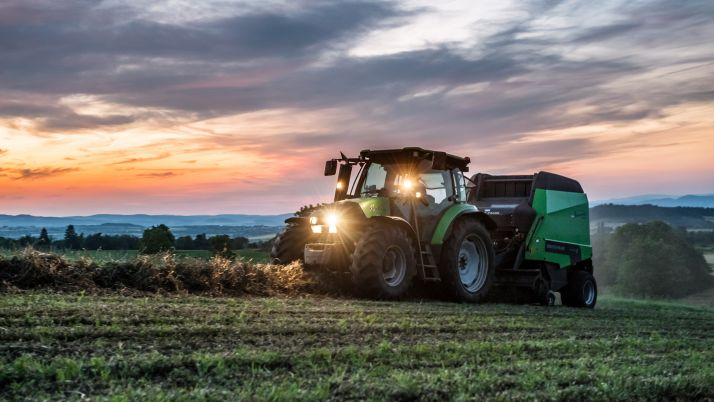 Votre été à vous, ce sera sur le tracteur à rentrer le foin et à traire les vaches.