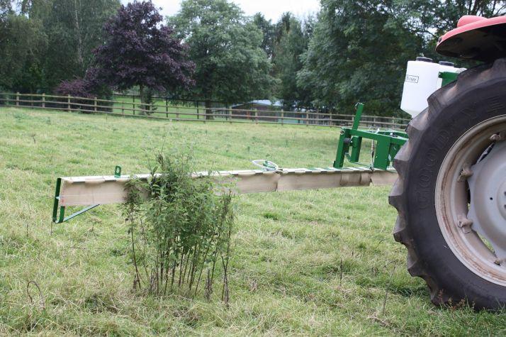 la rampe de désherbage par contact Weedswiper est un moyen économique pour éradiquer les mauvaises herbes. Photo: Micron