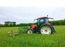 «Nous utilisons en général des tracteurs de 80chevaux pour ce genre de chantier, et même à 12km/h, nous dépassons rarement les 1200 tours/min au niveau du moteur,  la consommation est donc minime», assure Pierre Hedde. © Alexis Voisin