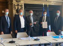 De G à D : Franck SANDER (président de la CGB), Olivier de BOHAN (président de Cristal Union), Jean-Philippe GARNOT (président de l'AIBS), Julien DENORMANDIE (ministre de l'Agriculture), Jean-Charles LEFEBVRE (président du CS de Tereos)