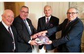 Les cravates de CMA font leur retour à la bourse et symbolisent le partenariat du CNCMA et d'Agro Paris Bourse. De gauche à droite: Robert Brun, responsable de la commission des cotations des CMA ; Baudouin Delforge, président d'Agro Paris Bourse ; Claude Freyermuth, président du CNCMA ; Thierry Hache, secrétaire général du CNCMA.