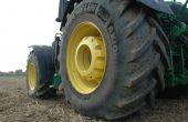 """""""Un pneu sous-gonflé a une empreinte au sol et une capacité de traction réduites. Un pneu sur-gonflé ne pourra pas porter plus de charges et s'usera plus vite. Et il est la cause d'une compaction excessive des sols"""", met en garde Bastien Nourrisson, responsable technique et commercial pour le groupe Michelin. Photo : H.Grare/Pixel Image"""